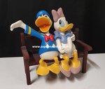 Donald Duck & Daisy Op een Bankje verliefd Retired Beeld - Donald en Daisy lovers Beschadigd Boxed