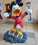 Scrooge Mc Duck Finding Treasure Chest - Disney Dagobert Duck vind Schatkist
