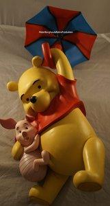 Hanging Winnie the Pooh with Piglet on umbrella - Walt Disney Winnie en Knorretje aan Paraplu - Boxed Dekoratie beeld