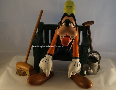 Goofy On Bench - Walt Disney Goofy rust uit op Bankje - Doof Deco Sculpture polyresin Beeld Boxed