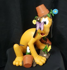 Pluto Bad Boy - Walt Disney Pluto with Butterfly 32cm groot Polyresin Beeld New Boxed