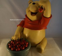Winnie the Pooh with Cherries-Dekoratie beeld