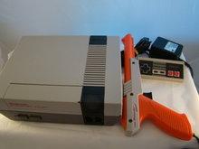 Nes Spel Computer met 2 controllers - Nes Zapper en Game - Mario Duckhunt