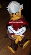 Dagobert In Trunk - Disney Dagobert Duck Reading a Book - Polyresin Decoratiebeeld