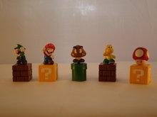 MARIO BROS FIGUREN, setje van 5 figuren op blok en pijp